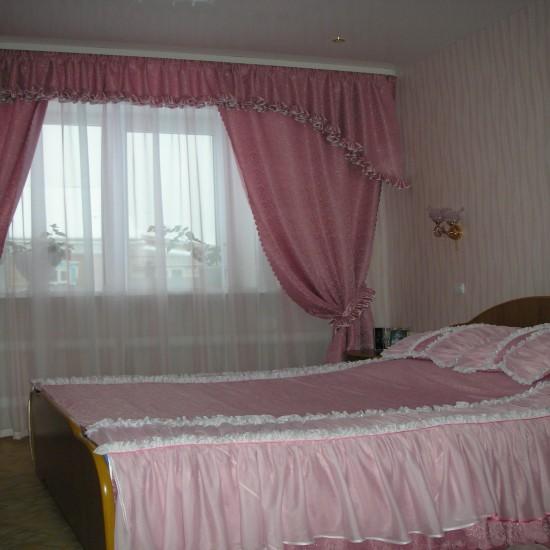 Спальня выполнена в розовых тонах