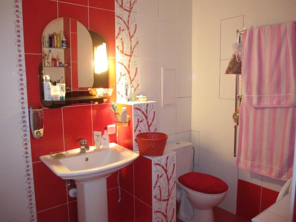 Ванная комната в бело красных цветах