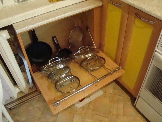 шкаф под окном на кухне фото