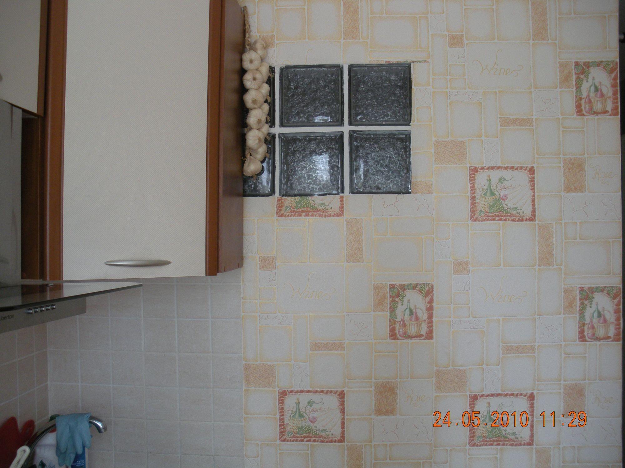 Дизайн кухни с окошком в ванную