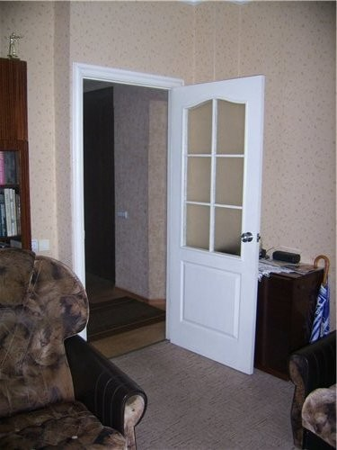 Контраст в комнате это белые двери