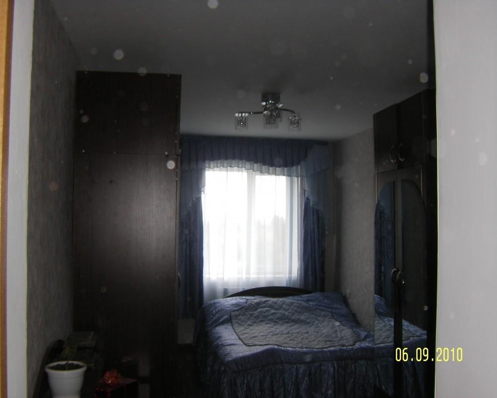 одном Комната, отведенная под спальню.