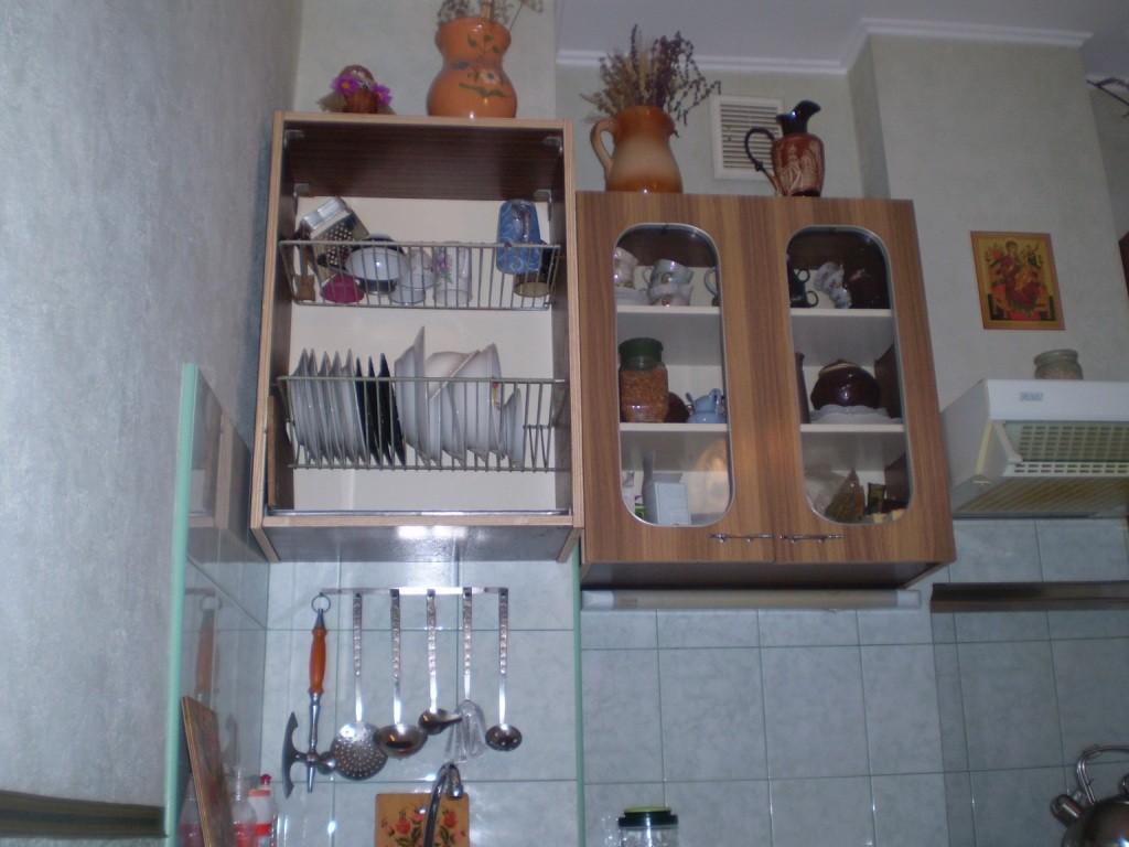 На месте шкафа сушилки для посуды над