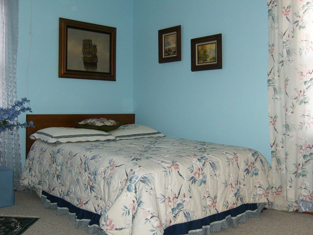Решили починить небольшую спальню.  Долго не имели возможность найти в какой цвет выкрасить стенки.
