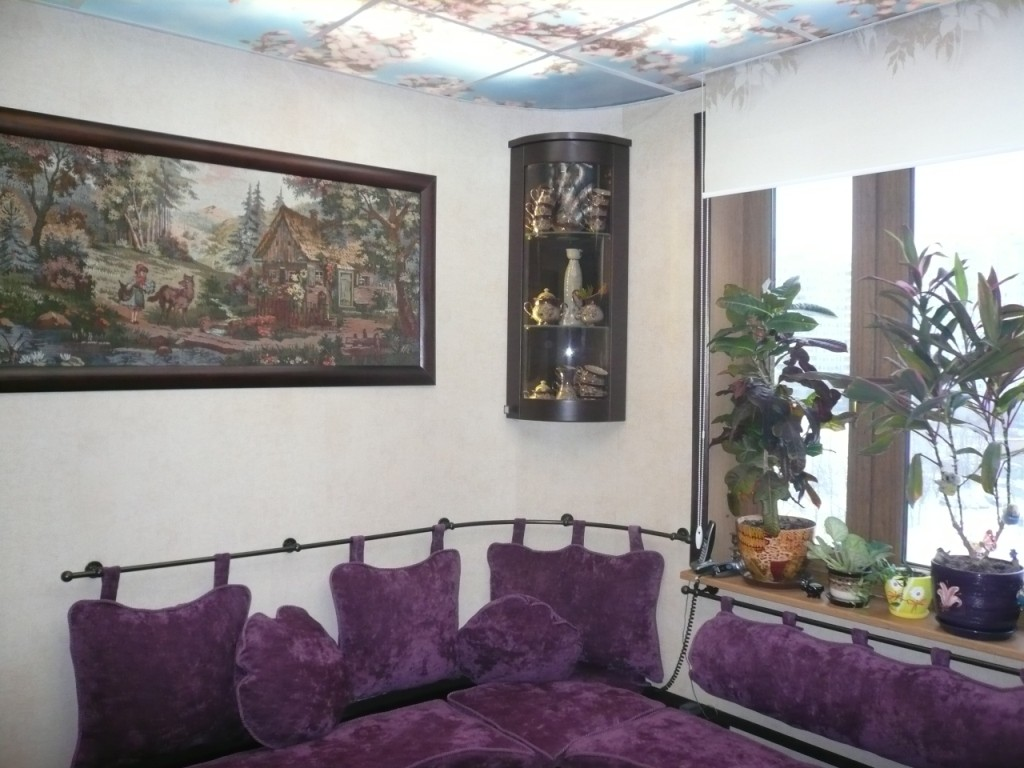 Оформление стены над диваном своими руками фото