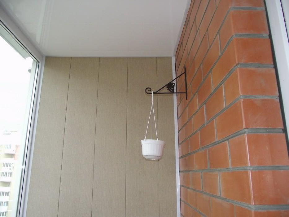 Покраска кирпичной стены на балконе..