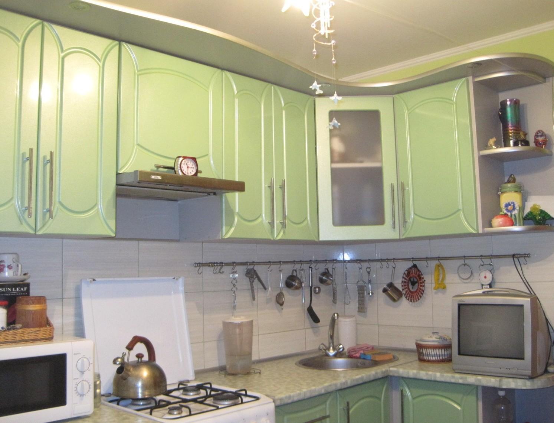 Уютная зелёная кухня для маленькой