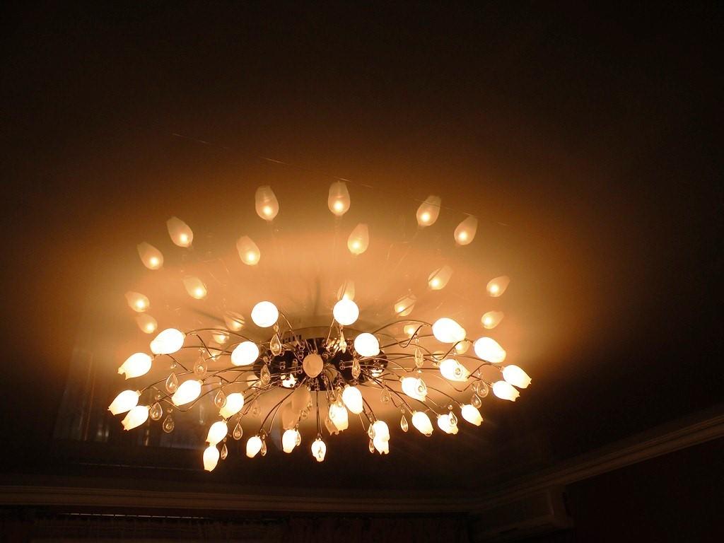 Люстры в потолке гостиная в стили