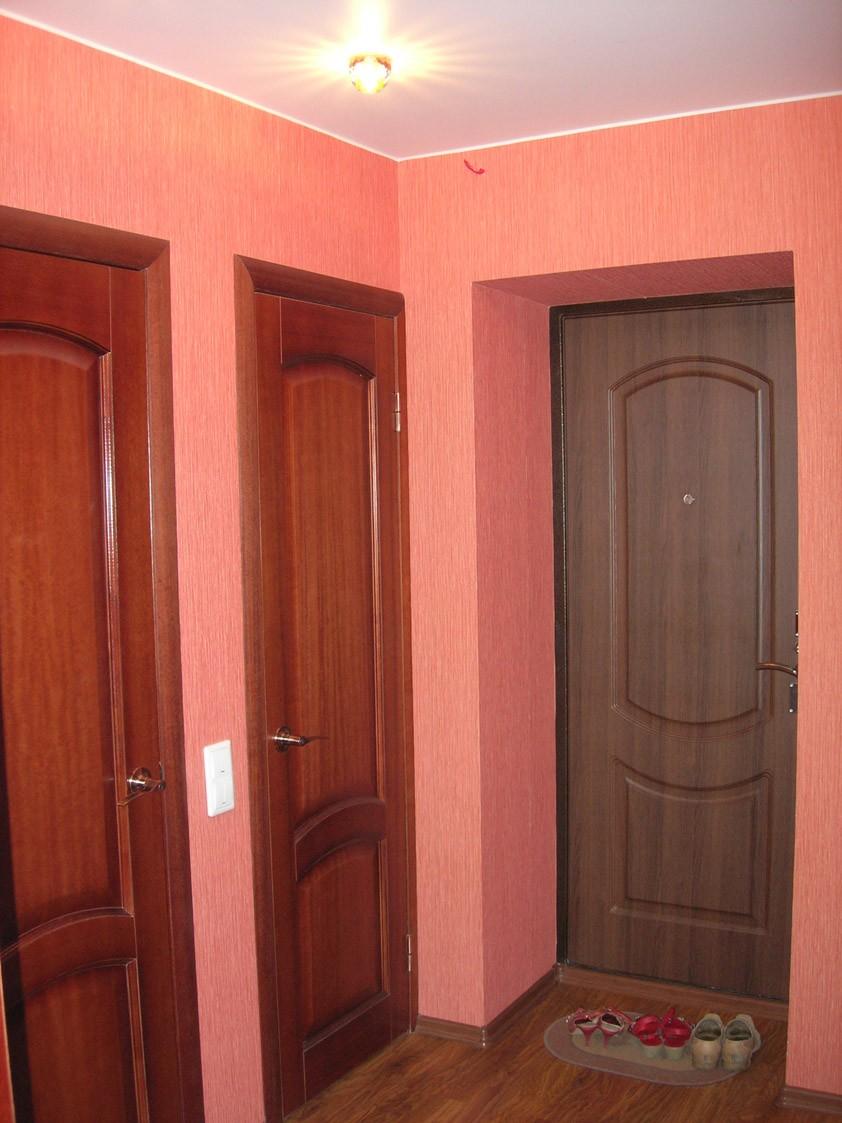 В коридоре наклеены обои более