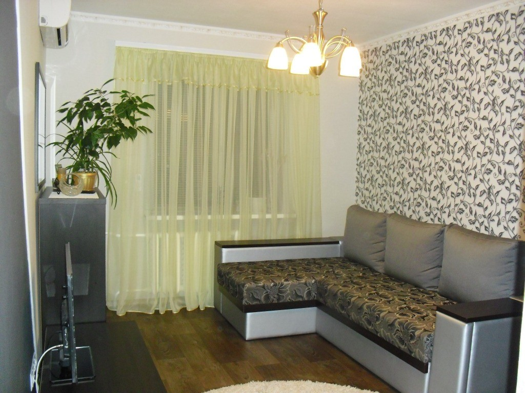 Современный дизайн зала, чтобы он подошел для каждого члена семьи, можно обустроить даже самостоятельно.