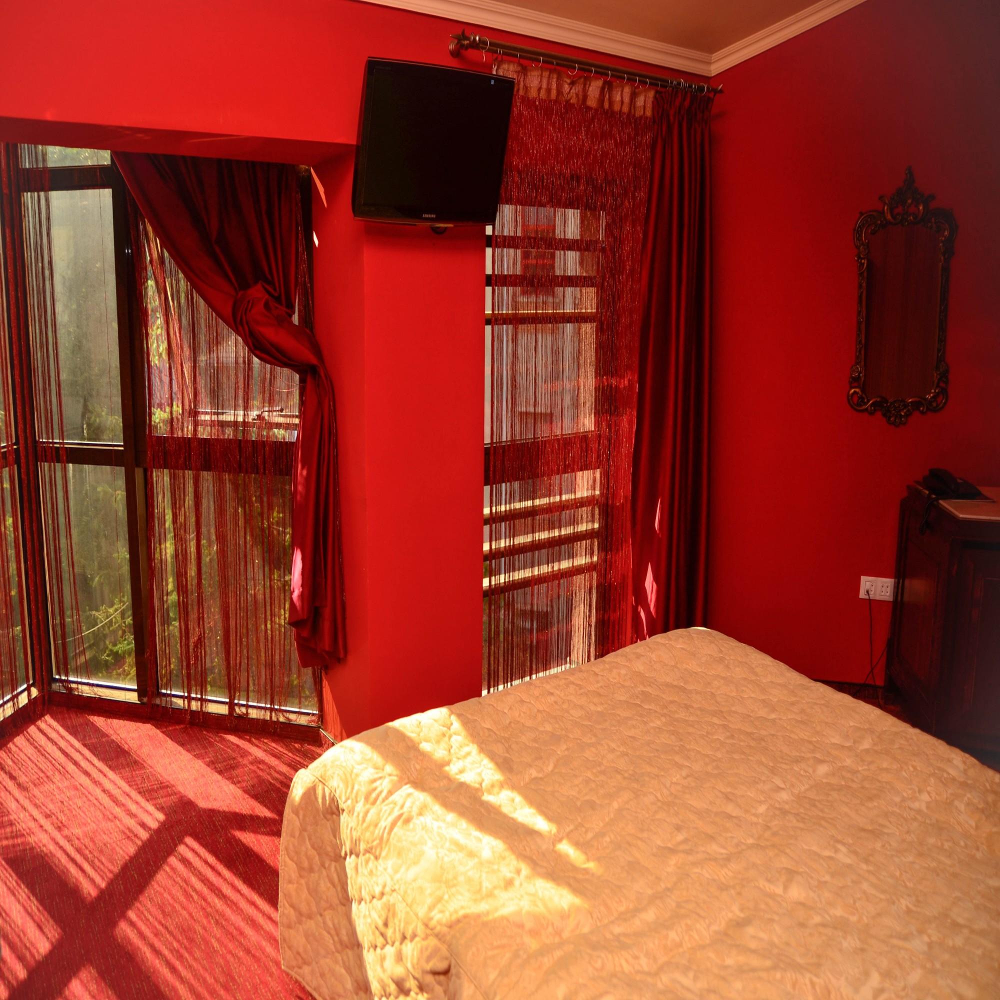 Шторы для красной спальни фото