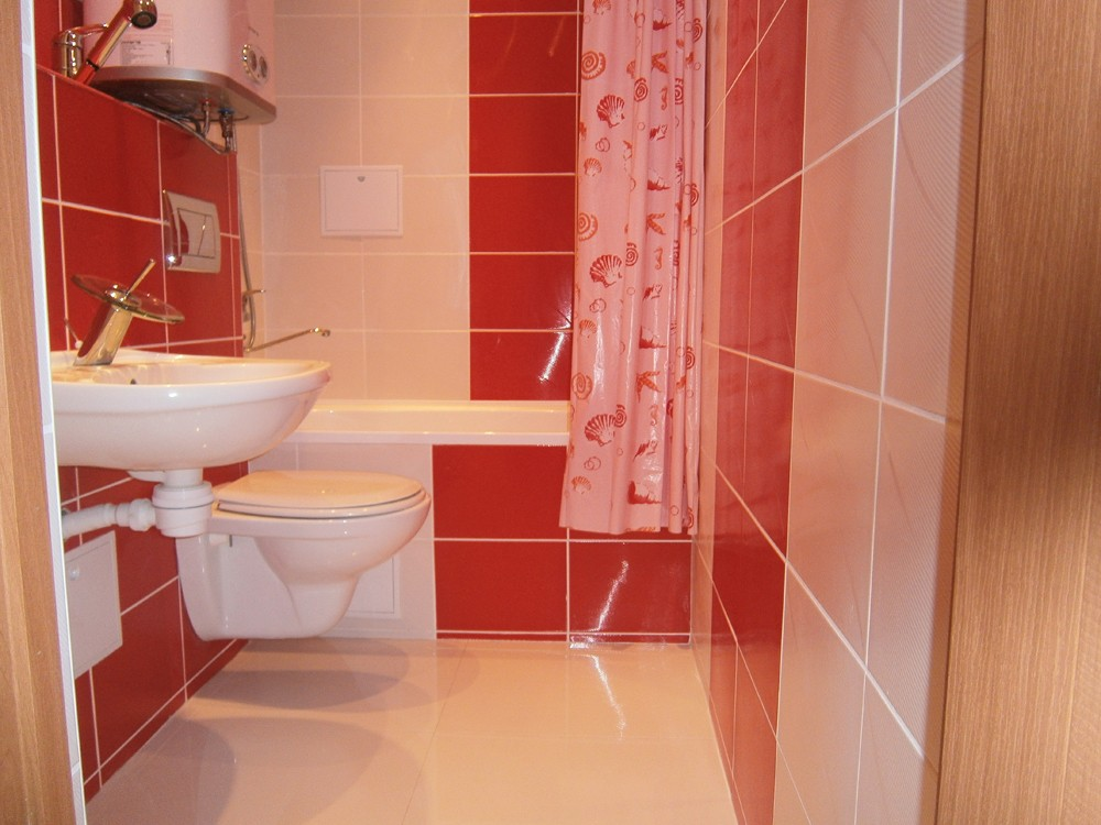 Дизайн красно-белой ванной