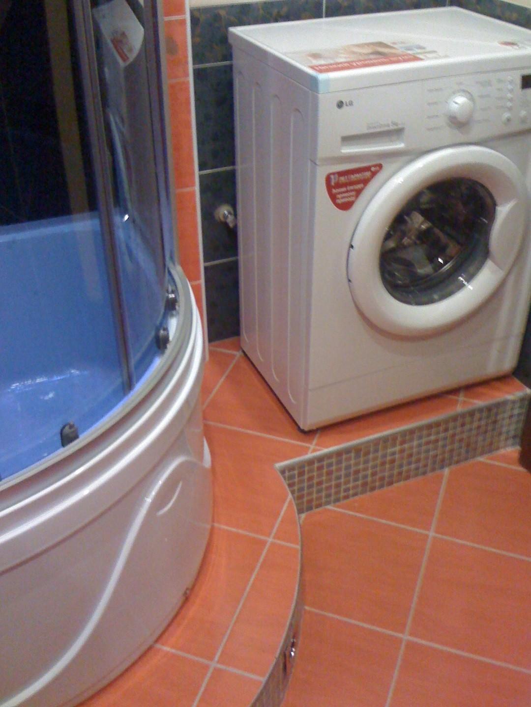 Вот такой подиум сделал муж для нашей красавицы-стиралки и гидробокса.  И мои любимые красные полы!
