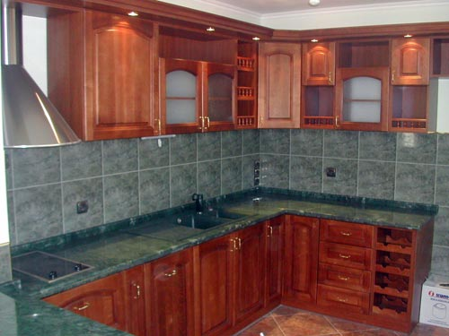 Тюль для окна в кухне лучше выбирать прозрачную, без плотного рисунка