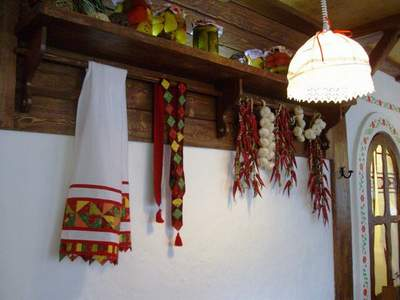 Хуторок - традиционное украинское кафе.  В комнатах на стенах развешаны предметы антиквариата и домашней утвари.