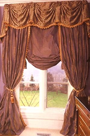 А иногда в загородном доме можно увидеть вот такие роскошные шторы.