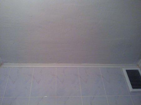 плинтус на потолок в ванную комнату фото