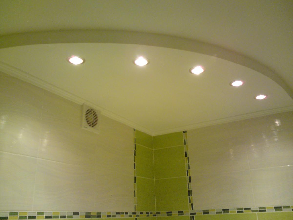 Какой потолок сделать в ванной комнате? Примеры с фото 34