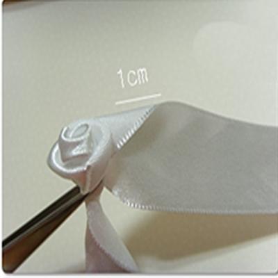 3. Теперь закрепляем нашу милую розочку из атласной ленты, для этого можно использовать различные способы, например...