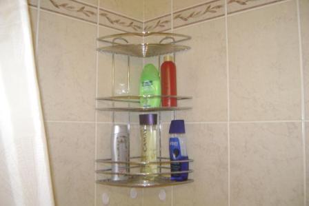 Фото 8. Угловая полочка для шампуней.  Под полочкой - крючки для мочалок.