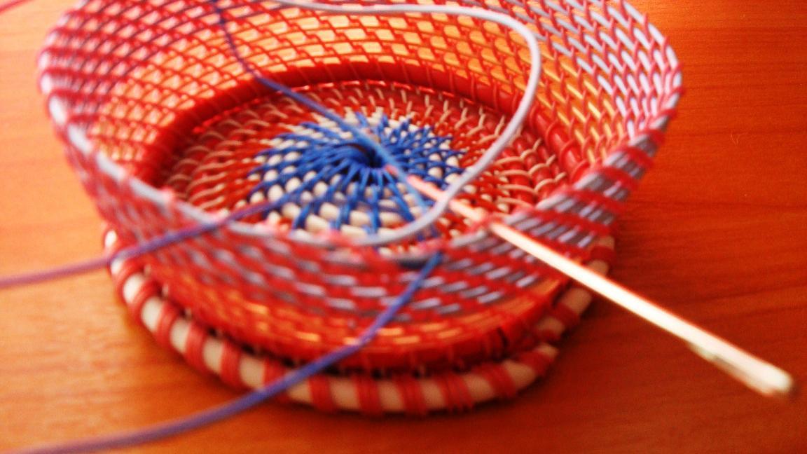 Плетение цветных корзин