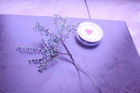Дерево можно посадить в готовый горшочек, но я делаю так: у пластиковой бутылки или коробки из-под сока отрезаю дно...