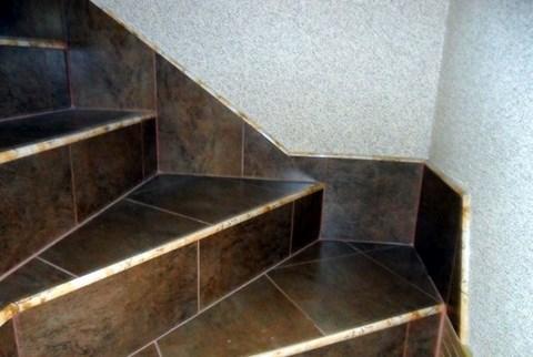 Лестницы был обработан грунтовкой и