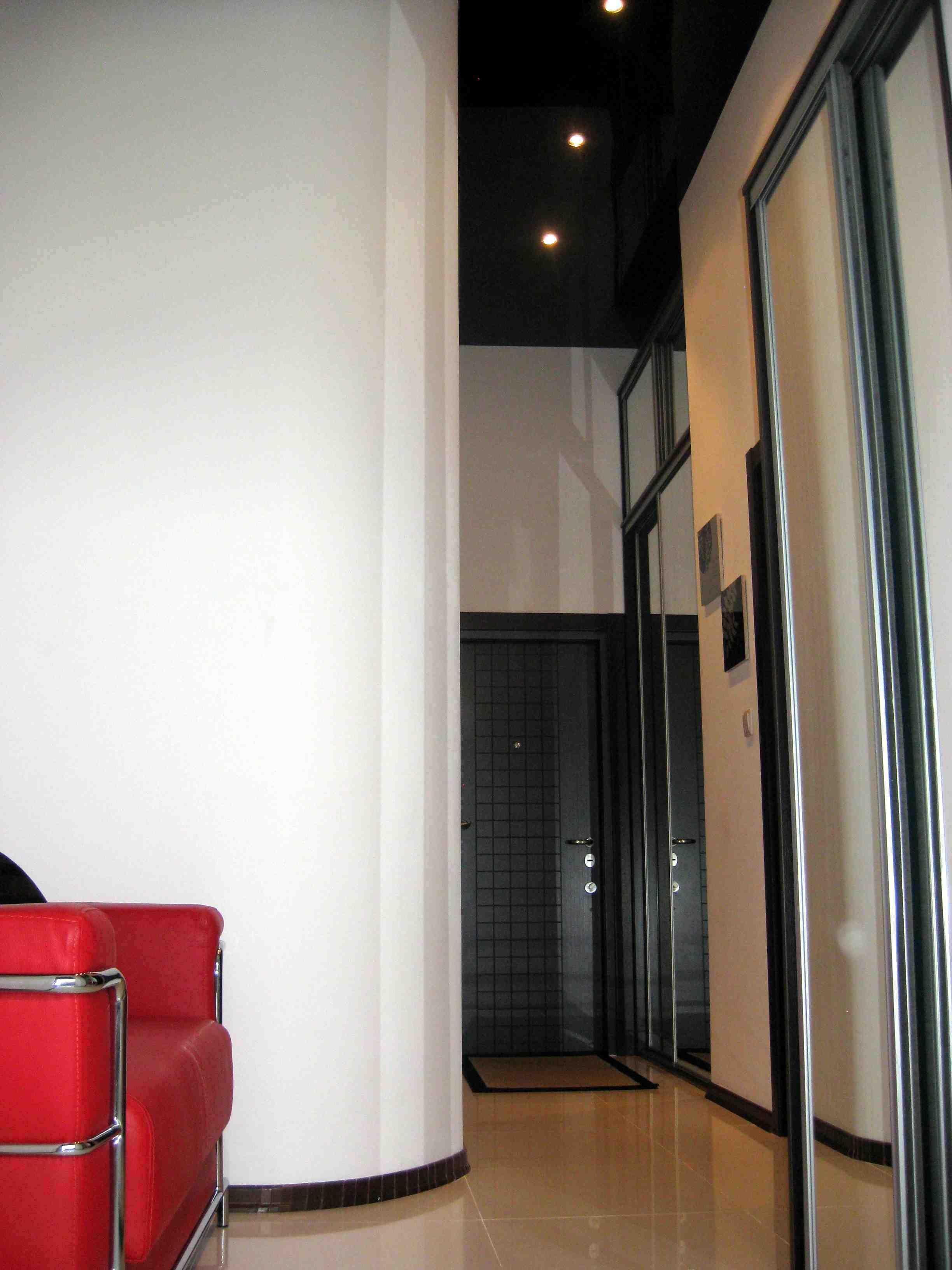 Черный потолок в коридоре фото