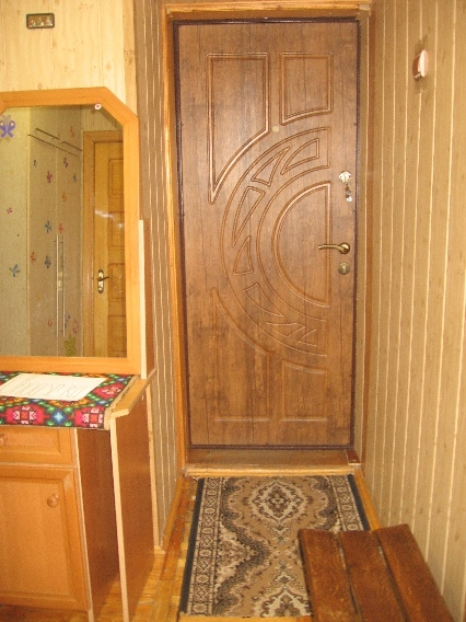 Две двери в комнаты двери в туалет и в