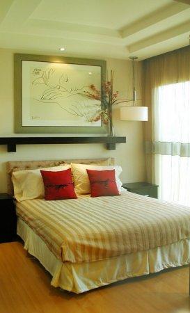 Дизайн и декор интерьера.  Декор стен спальни определяет общее