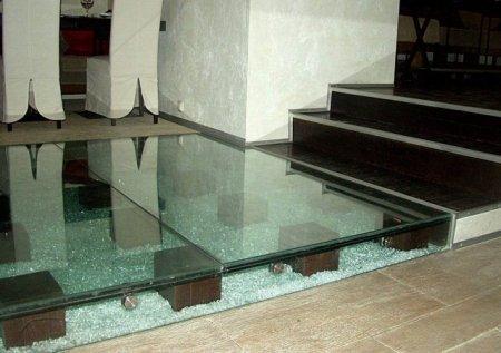 Стеклянный пол, как вариант внести легкость в помещение