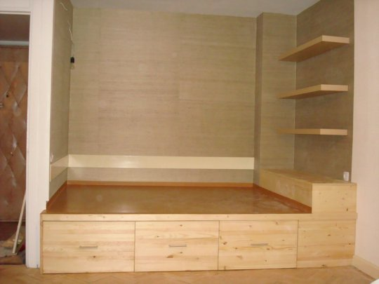 Подиум кровать, три больших выкатных ящика.