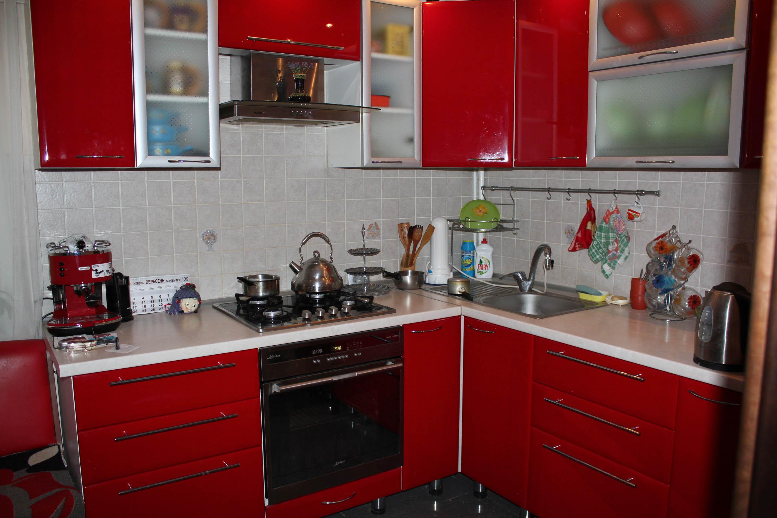 Красная кухня в хрущевке фото