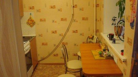 Поклейка обоев двух цветов на кухне фото