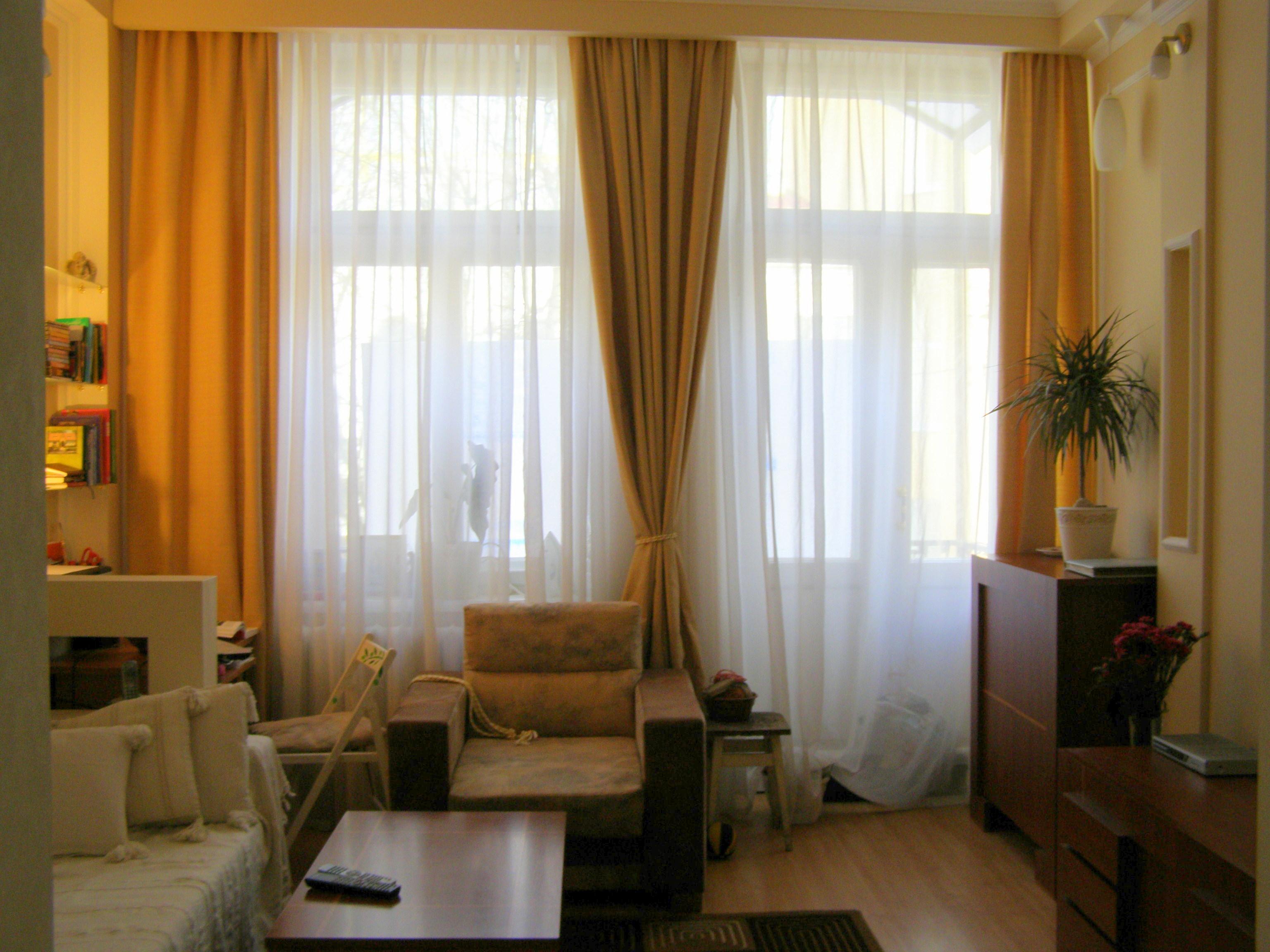 Дизайн комнаты с двумя окнами по одной стене фото.