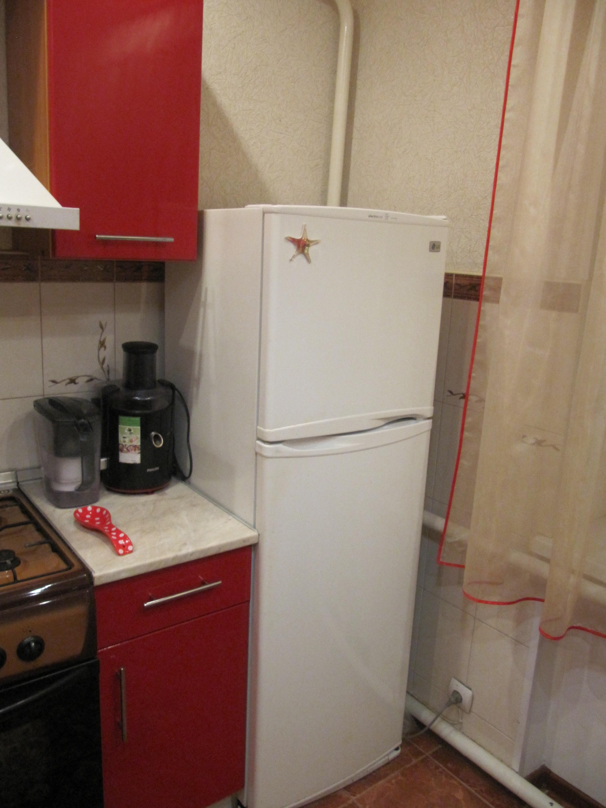 Холодильник в углу кухни фото