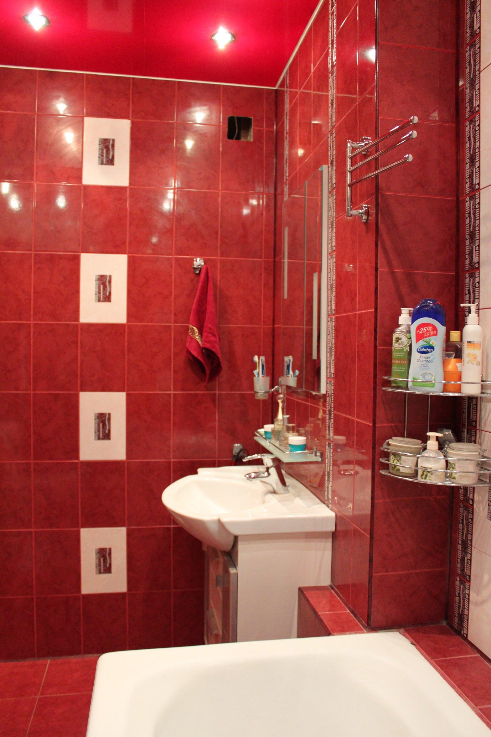 Дизайн ванной в бордовом цвете