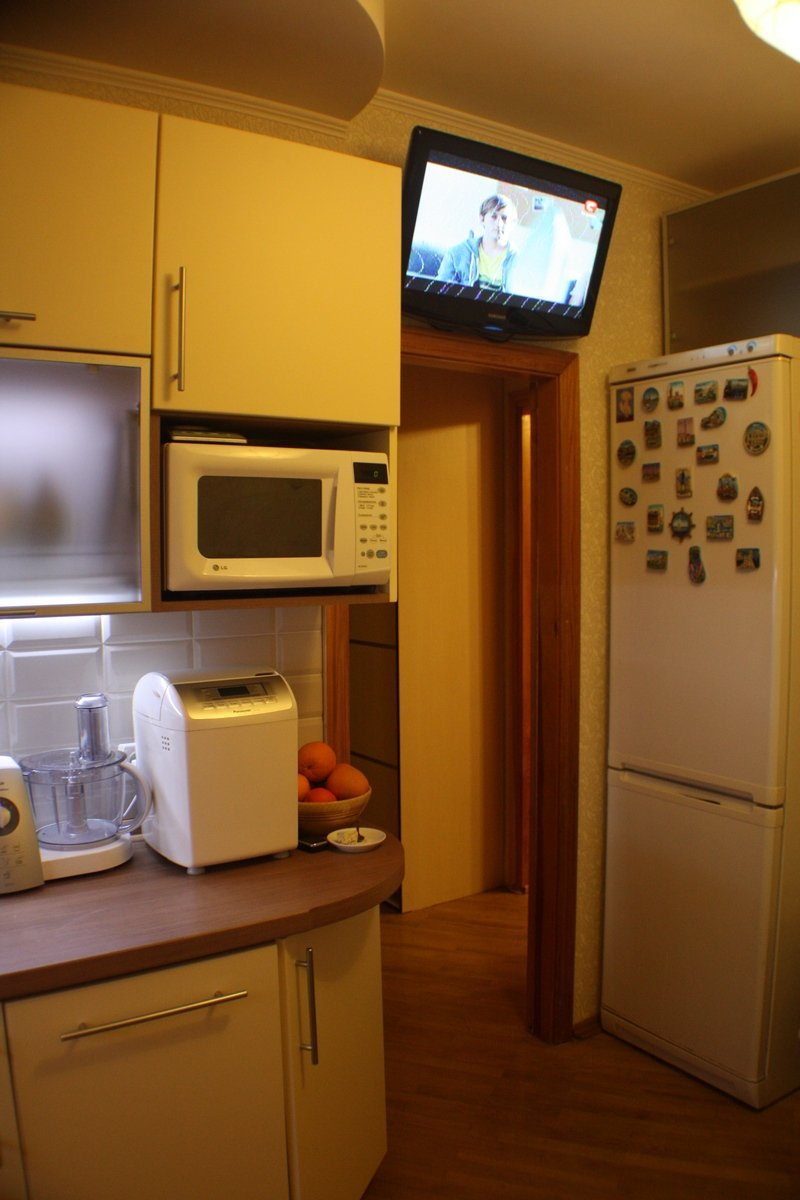холодильник на кухне фото